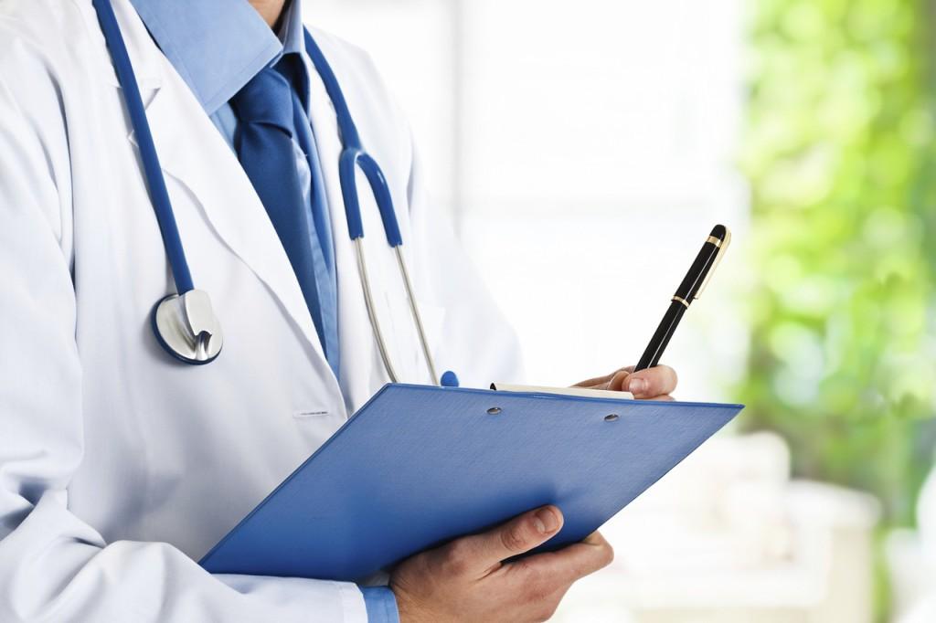 Ein Arzt, mit Klemmbrett und Stethoskop