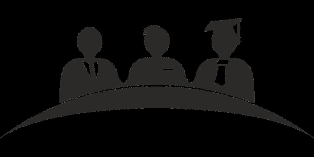 3 Figuren an einem Tisch