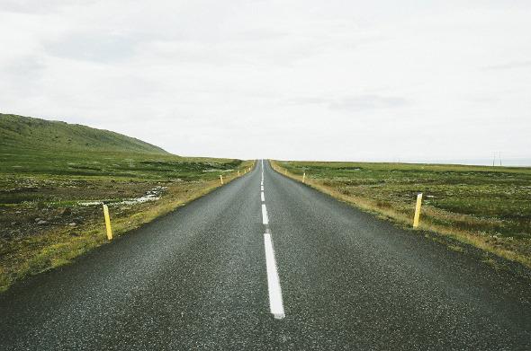 Frontaler Blick auf leere Straße