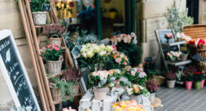 Viele Blumen stehen vor einem Blumengeschäft