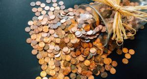 Ausgeschüttete Münzen aus einem Glas