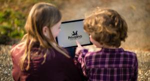 Zwei Kinder sitzen vor einem Tablett, auf dem Privalino geöffnet ist.