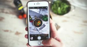 Bild von einem Handy, das Essen fotografiert