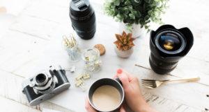 Ein Tisch mit Kaffeetasse und Dekoration