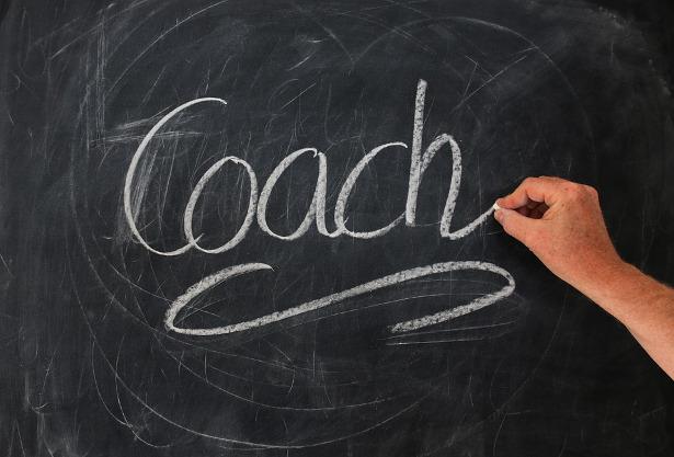 Das Wort Coach auf einer Tafel geschrieben