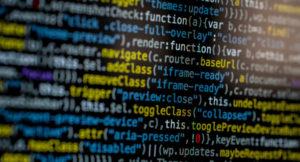 Aufnahme von einem bunten Computer-Codetext.