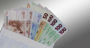 Verschiedene Geldscheine liegen in einem Umschlag.