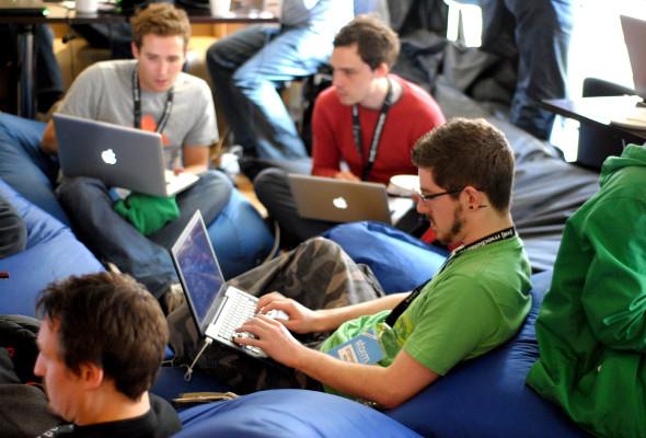 Mehrere Männer arbeiten an ihren Laptops