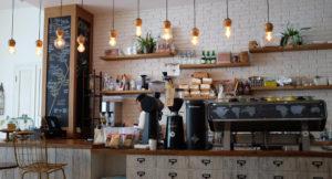Ein Mann steht hinter einer Theke in einem Cafe