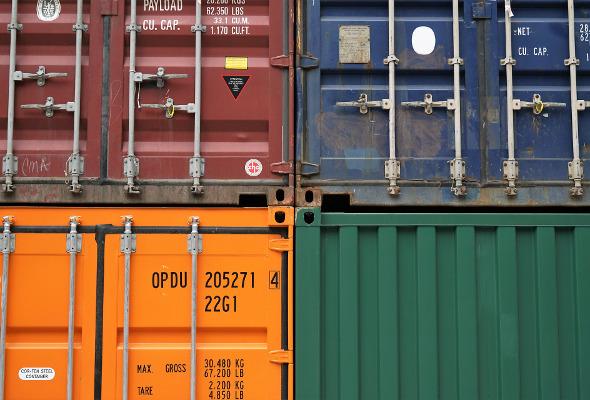 Nahaufnahme von vier verschiedenen Containern.