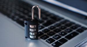 Ein Sicherheitsschloss steht auf einer Tastatur