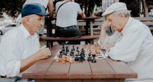 Zwei Männer spielen Schach.
