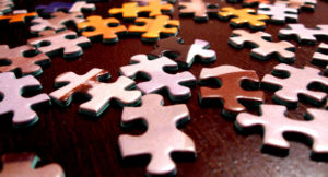 Puzzleteile liegen auf dem Boden.