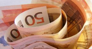 Mehrere 50-Euro-Scheine sind gerollt.