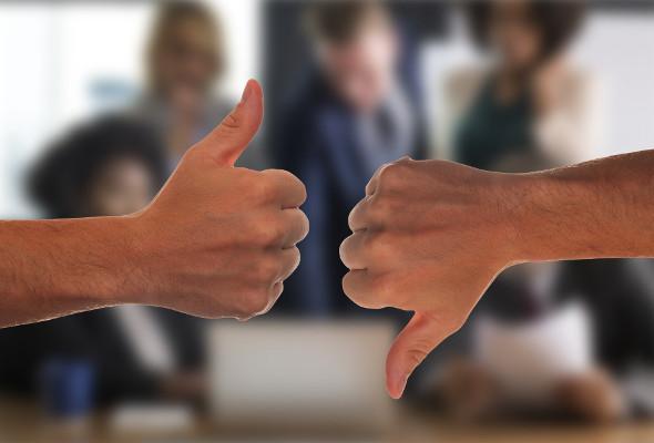 Auf der linken Seite des Bildes zeigt jemand mit dem Daumen nach oben. Auf der rechten Seite zeigt eine Hand mit dem Daumen nach unten.
