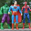 Drei Superhelden-Figuren stehen in einer Reihe.