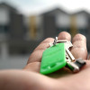 Ein Schlüssel liegt auf einer Hand.