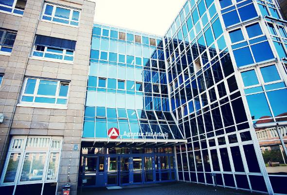 Aufnahme eines Gebäudes der Agentur für Arbeit.