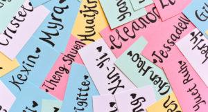 Verschiedene Namenskärtchen in unterschiedlichen Farben.