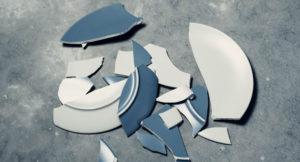 Zerbrochener Teller auf dem Boden