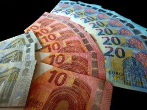 Geldscheine liegen in drei verschiedenen Reihen