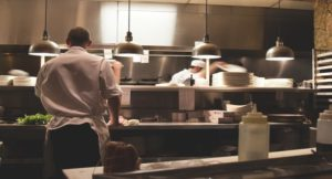 Eine Großküche mit zwei Menschen, die kochen.