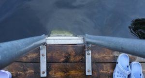 Eine Leiter, die in einen See führt