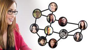 Eine Frau schaut auf ein Netz mit mehreren Bildern von Menschen.